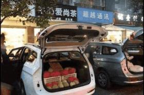 私家车后备厢装两箱水果被罚款?交警:没罚错,交规就是这么定的